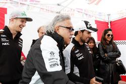 Dr. Vijay Mallya, Sahara Force India F1 Team Owner and Sergio Perez, Sahara Force India F1 play Scal