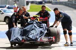 El Red Bull Racing RB12 de Max Verstappen, Red Bull Racing es llevado alos pits en la primera sesión