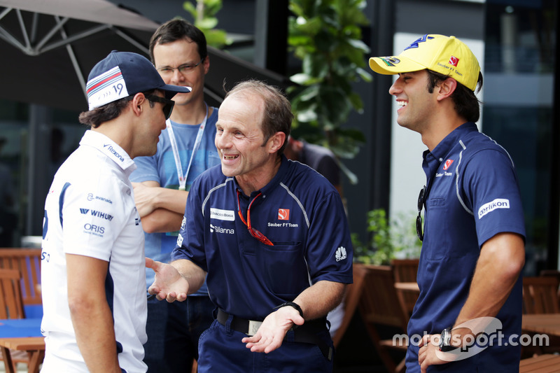 (L nach R): Felipe Massa, Williams mit Joseph Lieberer, Sauber Physio and Felipe Nasr, Sauber F1 Team