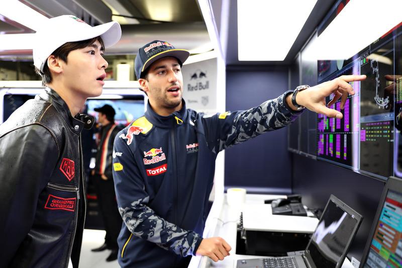 Daniel Ricciardo, Red Bull Racing habla con el actor chino, Li Yifeng en el garaje de Red Bull Racin