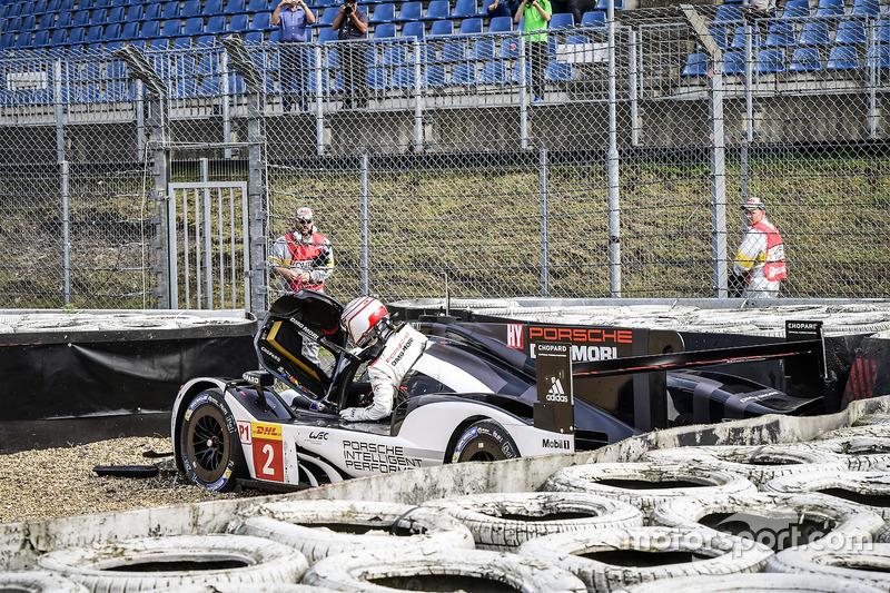 #2 Porsche Team Porsche 919 Hybrid: Romain Dumas, Neel Jani, Marc Lieb, crash in Turn 1