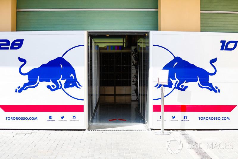Boxes de Pierre Gasly, Scuderia Toro Rosso y Brendan Hartley, Scuderia Toro Rosso