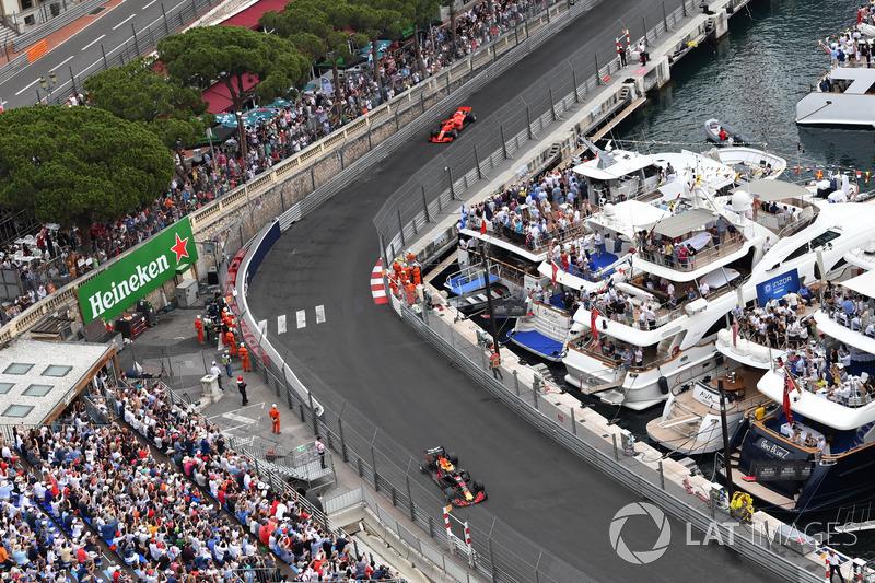 Daniel Ricciardo, Red Bull Racing RB14 leads Sebastian Vettel, Ferrari SF71H