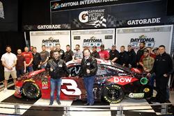 Austin Dillon, Richard Childress Racing Chevrolet Camaro met Crew chief Justin Alexander en eigenaar