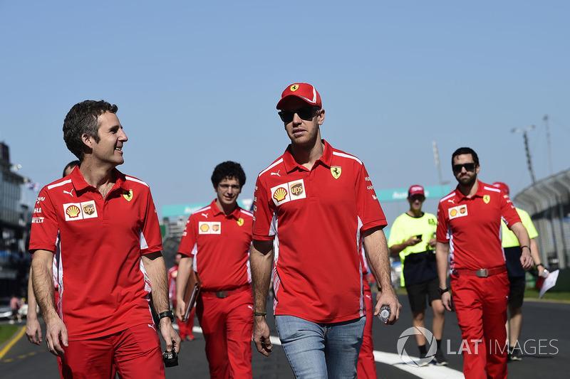 Себастьян Феттель и сотрудники Ferrari гуляют по трассе