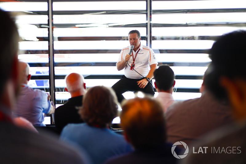 Zak Brown, PDG de McLaren Racing, parle aux médias