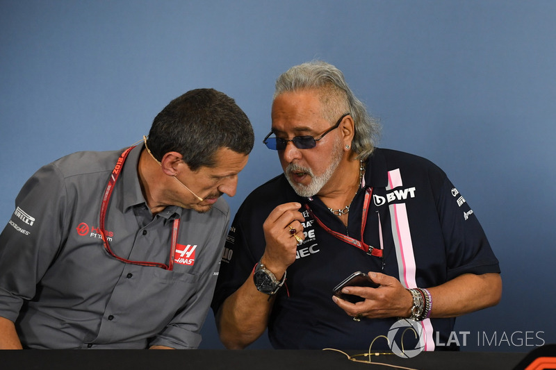 Guenther Steiner, Team Prinicipal, Haas F1 Team, e il Dr. Vijay Mallya, proprietario del team Force India Formula One, nella conferenza stampa