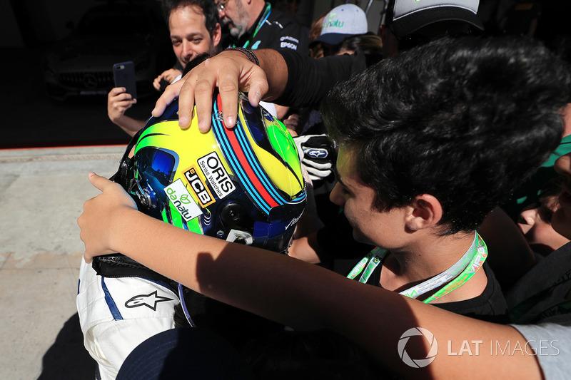 Felipe Massa, Williams FW40, parc ferme'de eşi Rafaela Bassi ve oğlu Felipinho Massa ile son Brezilya GP'sini kutluyor