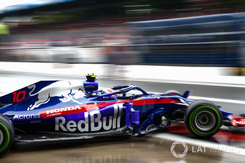 14. Pierre Gasly, Toro Rosso STR13, leaves the garage