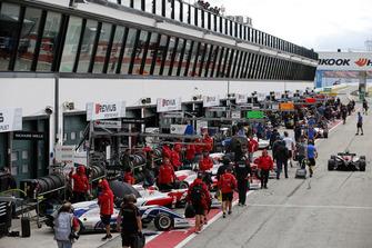 Formel-3-Autos in der Boxengasse