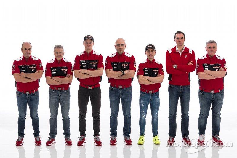 Chaz Davies, Aruba.it Racing-Ducati SBK Team, Alvaro Bautista, Aruba.it Racing-Ducati SBK Team con i membri del team