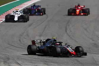 Kevin Magnussen, Haas F1 Team VF-18, leads Sergey Sirotkin, Williams FW41, Brendon Hartley, Toro Rosso STR13, and Sebastian Vettel, Ferrari SF71H