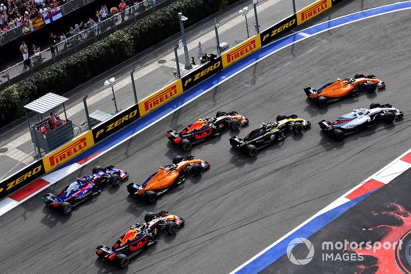 La zona media de la parrilla, con Verstappen ya remontando