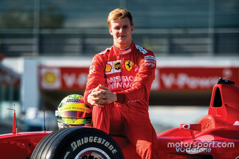 Mick Schumacher in de Ferrari F2002
