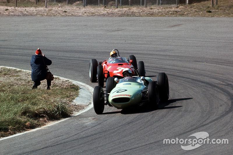 Masten Gregory, Lotus 18 Climax, lidera a Ricardo Rodríguez, Ferrari Dino 156