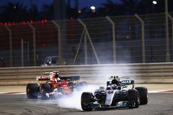 Valtteri Bottas, Mercedes AMG F1 W08, locks up as he leads Sebastian Vettel, Ferrari SF70H