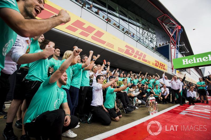 El ganador Lewis Hamilton, Mercedes AMG F1, Valtteri Bottas, Mercedes AMG F1, con el equipo