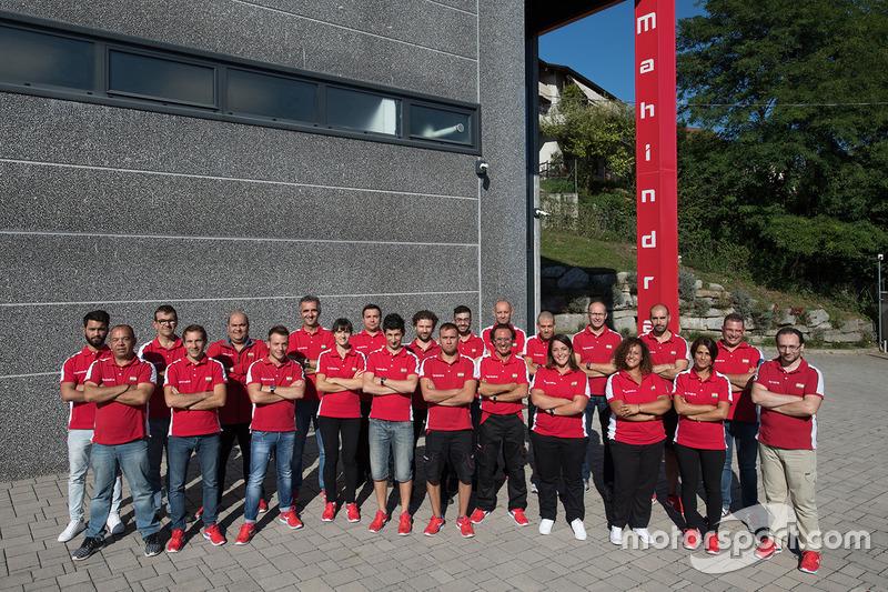 Foto de grupo del equipo Mahindra factory