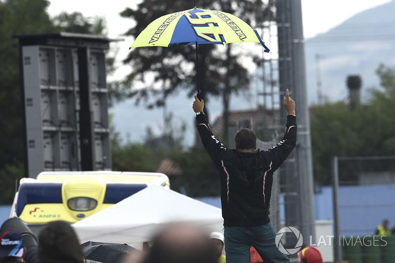 Pengukung Rossi merayakan jatuhnya Lorenzo