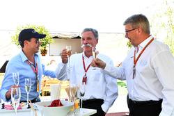 أليكس ميا وتشايس كاري، الرئيس التنفيذي لمجلس إدارة مجموعة الفورمولا واحد وروس براون، المدير العام الرياضي للفورمولا واحد