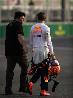 Max Verstappen, Red Bull Racing RB13 se ne va dopo l'incidente nelle FP2
