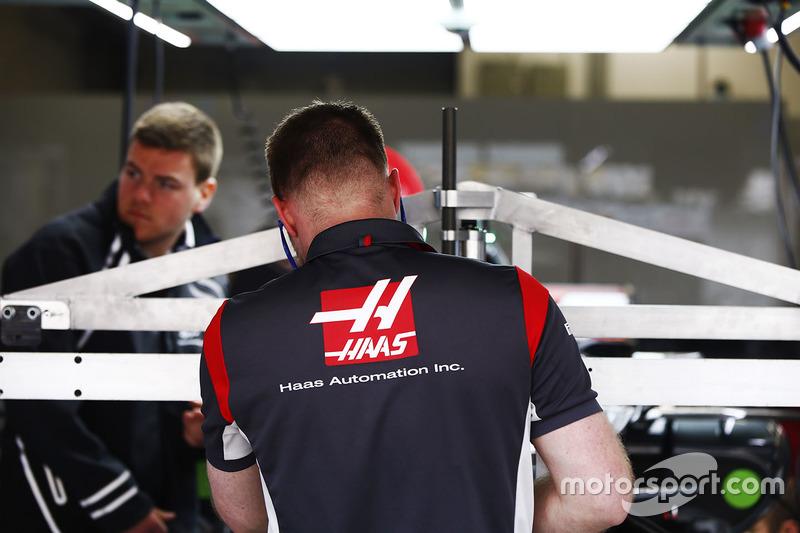 Сотрудник Haas за работой
