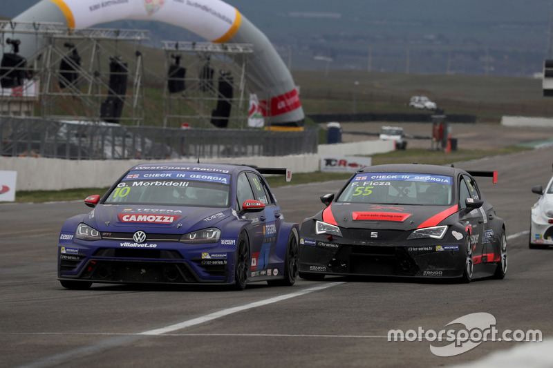 Gianni Morbidelli, West Coast Racing, Volkswagen Golf GTi TCR; Ferenc Ficza, Zele Racing, SEAT León TCR