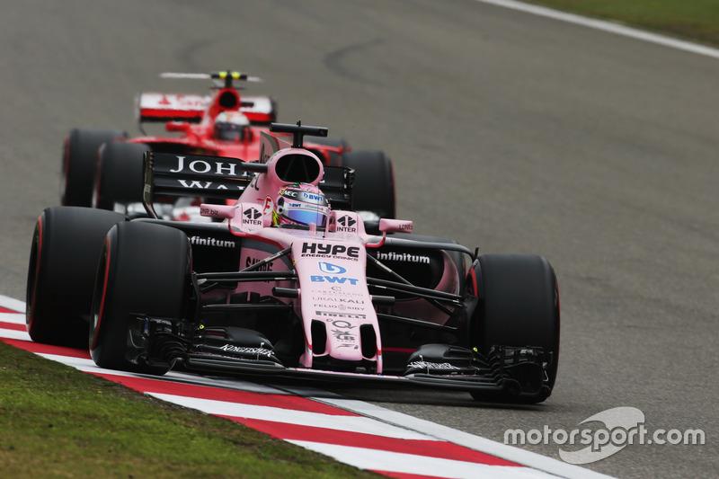 Sergio Perez, Force India VJM10, delante de Kimi Raikkonen, Ferrari SF70H