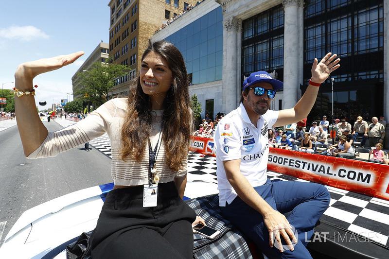 Fernando Alonso, Andretti Autosport Honda, con su novia Linda Morselli