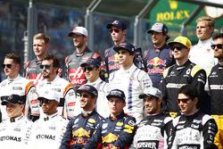 Foto de grupo de pilotos 2017: Valtteri Bottas, Mercedes AMG, Lewis Hamilton, Mercedes AMG, Daniel Ricciardo, Red Bull Racing, Max Verstappen, Red Bull, Sergio Perez, Force India, and Esteban Ocon, Force India. Middle row, L-R: Stoffel Vandoorne, McLaren,