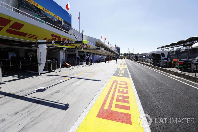 Hungaroring pit lane y el garaje de McLaren Honda