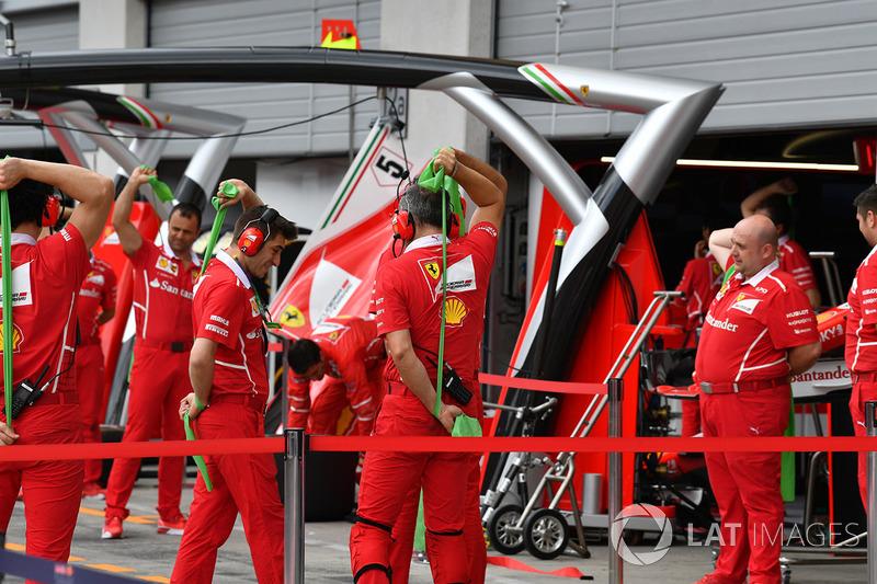 Механіки Ferrari роблять гімнастику на піт-лейні
