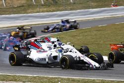 Felipe Massa, Williams FW40, se dirige a los pits tras un pinchazo