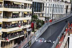 Льюис Хэмилтон, Mercedes AMG F1 W07 Hybrid обгоняет Нико Росберга, Mercedes AMG F1 W07 Hybrid