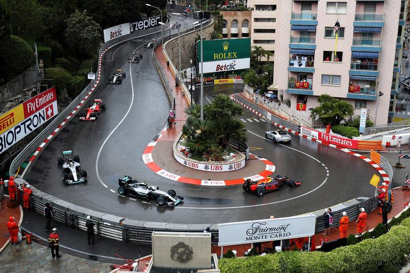 El coche de seguridad conduce a Daniel Ricciardo, Red Bull Racing RB12