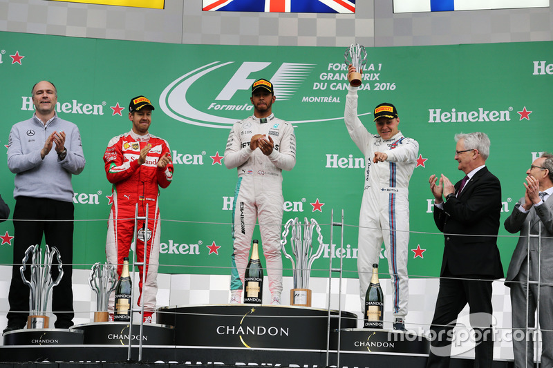 Il podio: Sebastian Vettel, Ferrari, secondo; Lewis Hamilton, Mercedes AMG F1, primo; Valtteri Bottas, Williams, terzo