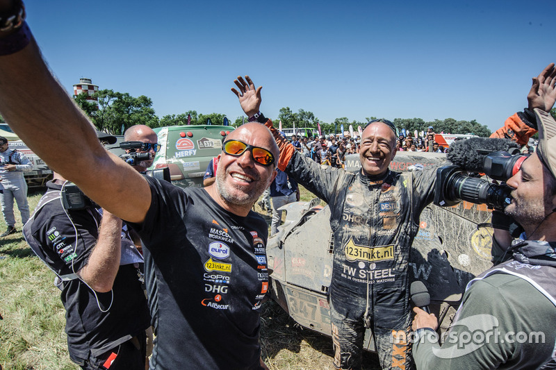 Tim Coronel en Tom Coronel, Maxxis Dakar Team, aan de finish van de Dakar 2016
