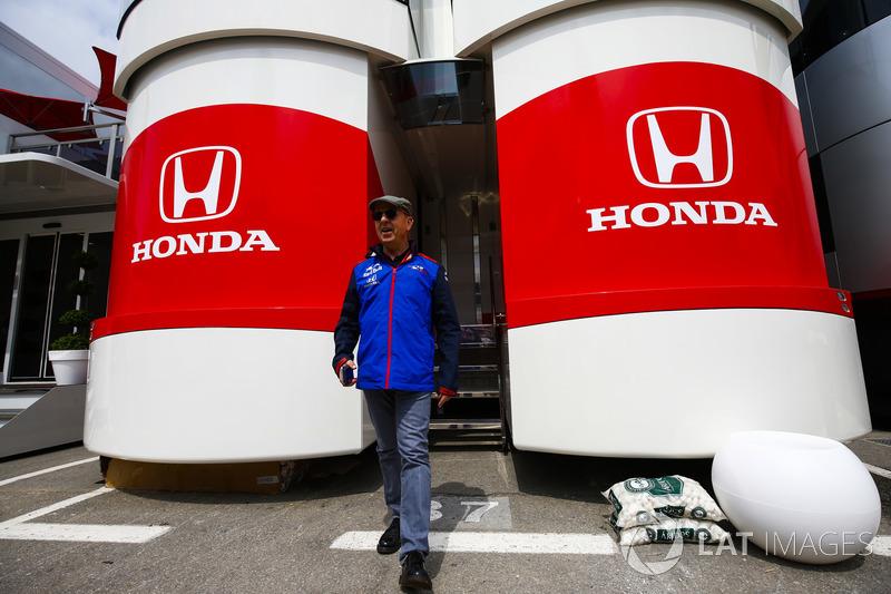 El encargado de prensa de Toro Rosso Eric Silbermann sale del área de hospitalidad de Honda