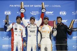 Podio: il vincitore della gara Tom Chilton, Sébastien Loeb Racing, Citroën C-Elysée WTCC, Citroën C-Elysée WTCC, il secondo classificato Mehdi Bennani, Sébastien Loeb Racing, Citroën C-Elysée WTCC, il terzo classificato Kevin Gleason, RC Motorsport, Lada V