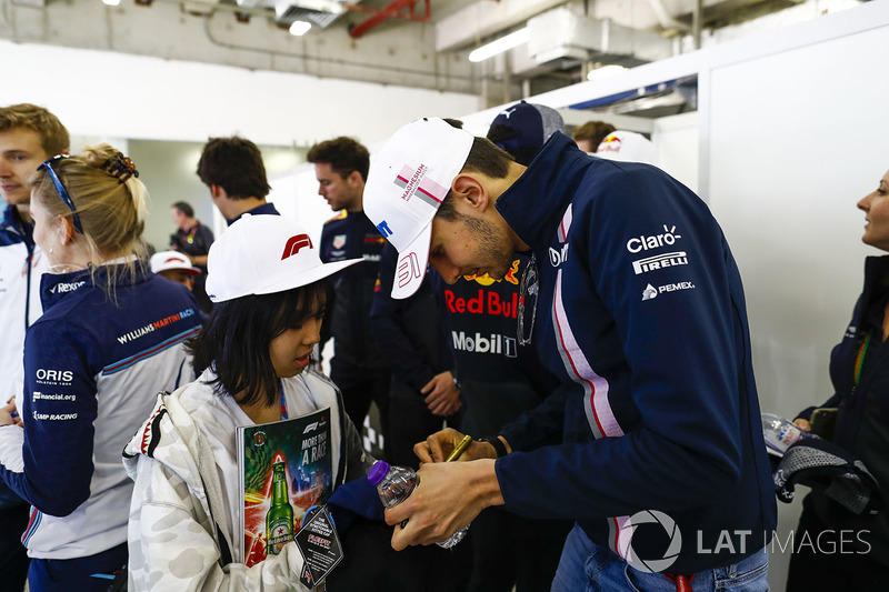 Esteban Ocon, Force India, meets a young fan