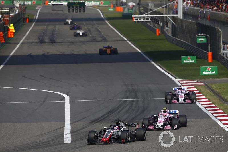Romain Grosjean, Haas F1 Team VF-18 Ferrari, devant Esteban Ocon, Force India VJM11 Mercedes, et Sergio Perez, Force India VJM11 Mercedes