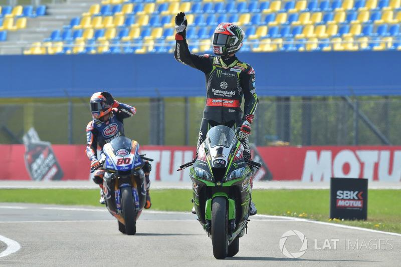 Le deuxième, Jonathan Rea, Kawasaki Racing, le troisième, Michael van der Mark, Pata Yamaha