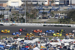 Joey Logano, Team Penske Ford Fusion, Ricky Stenhouse Jr., Roush Fenway Racing Ford Fusion