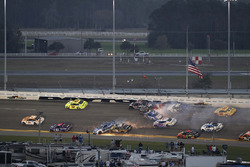 Kurt Busch, Stewart-Haas Racing Ford, Ricky Stenhouse Jr., Roush Fenway Racing Ford, pris dans un crash