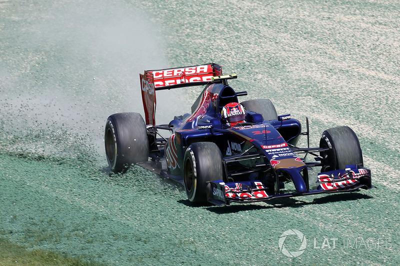 Daniil Kvyat, Toro Rosso STR9, çakıla çıkıyor