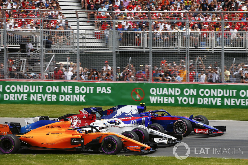 Pierre Gasly, Toro Rosso STR13, Marcus Ericsson, Sauber C37, and Fernando Alonso, McLaren MCL33, bat