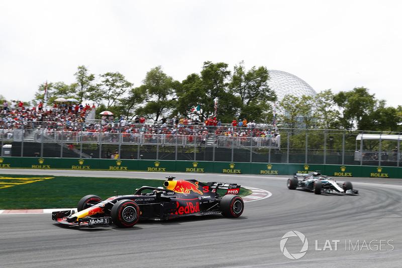Daniel Ricciardo, Red Bull Racing RB14, leads Lewis Hamilton, Mercedes AMG F1 W09