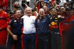 Daniel Ricciardo, Red Bull Racing, festeggia la vittoria accanto a Christian Horner, Team Principal, Red Bull Racing, Helmut Markko, Consulente, Red Bull Racing e Adrian Newey, Chief Technical Officer, Red Bull Racing