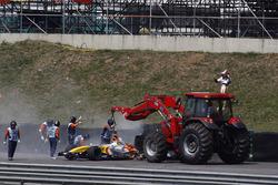 Oficiales retiran el coche de Heikki Kovalainen, Renault R2
