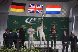 Podium : le second Nico Rosberg, Mercedes AMG, le vainqueur Lewis Hamilton, Mercedes AMG, et le troisième Max Verstappen, Red Bull Racing